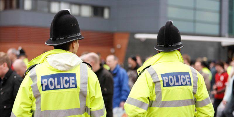 """""""테러 방지""""설문지의 말에 혼란이있어 경찰에 의해 10 세의 영국 학생이 심문을 받았다."""