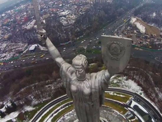 """In Kiew versammelt, um das sowjetische Emblem aus dem Schild """"Mutterland"""" zu demontieren"""
