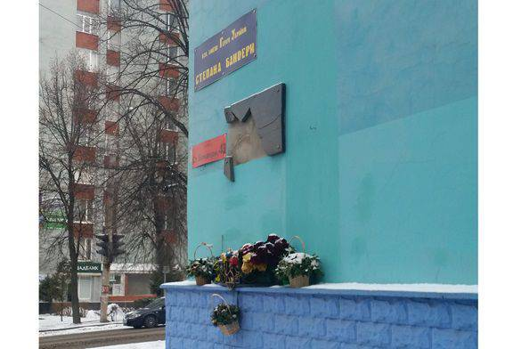 In the Ukrainian Exactly, once again they smashed a memorial plaque to Bandera on Bandera Street ...