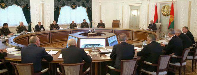 """Alexander Lukashenko sulla nuova dottrina militare della Bielorussia: """"La polvere da sparo deve essere mantenuta asciutta"""""""