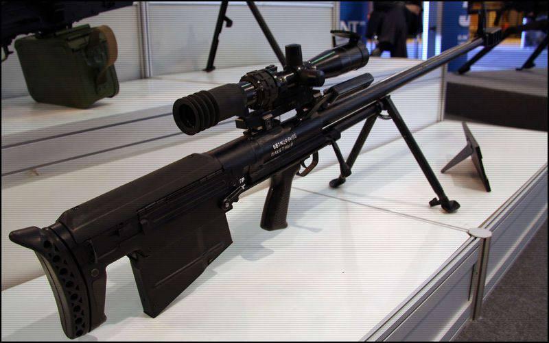 Les tireurs d'élite ZVO dans les classes pratiques maîtrisent un fusil de gros calibre