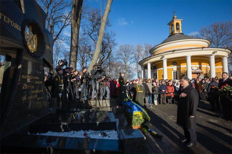 """Poroshenko llamó al número de funcionarios de seguridad ucranianos que murieron en el Donbass y cantó """"aún no murió ..."""""""