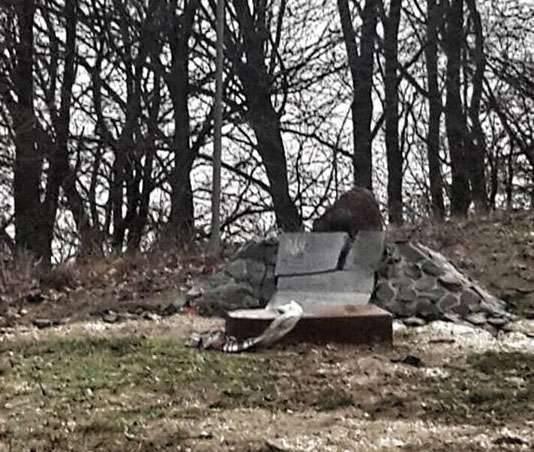 रिव्ने क्षेत्र (यूक्रेन) में उन्होंने कट्टरपंथी सश्को बेली की मौत के स्थल पर एक स्टेल उड़ा दिया।