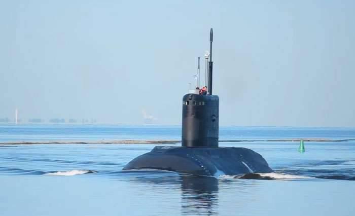 Il sottomarino del progetto Varshavyanka, costruito per la Marina vietnamita come parte del contratto, è stato consegnato al porto vietnamita di Kamran.