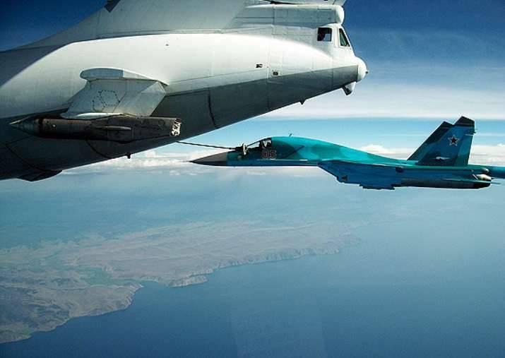南部地区の乗組員Su-34は空中給油で働いています