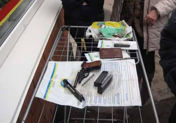 Nel mercato di Krivoy Rog da un vassoio vendono armi da fuoco e munizioni