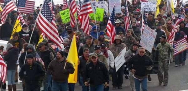 Policiais do FBI e dos Estados Unidos preparam uma operação militar contra agricultores que protestam em Oregon