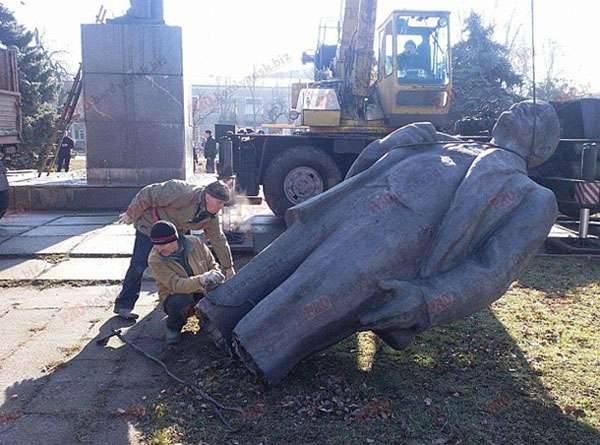 """Berdyansk"" Lenin dismantled under the protection of ""Azov"""