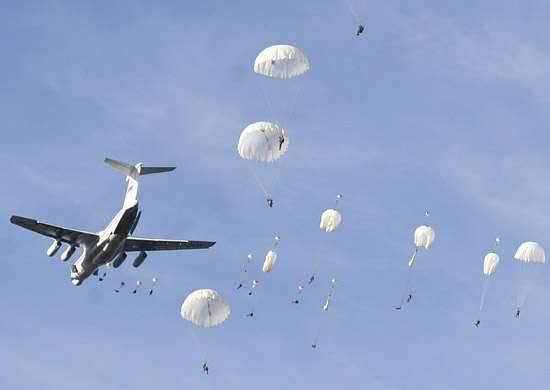 Como parte do exercício, o pessoal aerotransportado de massa foi parasitado na região de Pskov