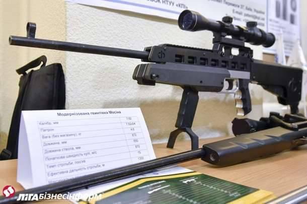 """Turchinov, al examinar el rifle Mosin, dijo que Ucrania desarrollará """"las últimas armas"""""""