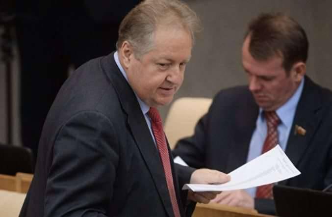 공산당의 MP는 미국 기업들과의 관계를 끊을 것을 제안했다.