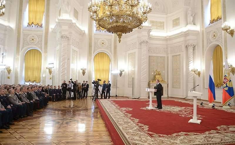 राष्ट्रपति व्लादिमीर पुतिन ने उन सैनिकों के साथ मुलाकात की जो सीरिया में एक आतंकवाद विरोधी मिशन को अंजाम दे रहे थे। पुरस्कार सूची