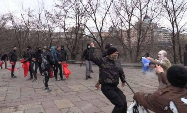 """Rentner haben sich für eine Kundgebung in Kiew versammelt, haben die Nationalisten von """"Azov"""""""