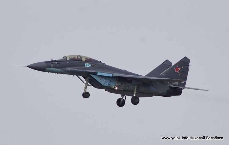Yeiskで打ち上げられたMiG-29KR / KUBRマルチロール戦闘機の訓練飛行