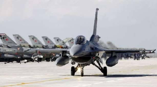 Di notte, gli aerei dell'aeronautica turca hanno bombardato i curdi nella Turchia sudorientale e nell'Iraq settentrionale