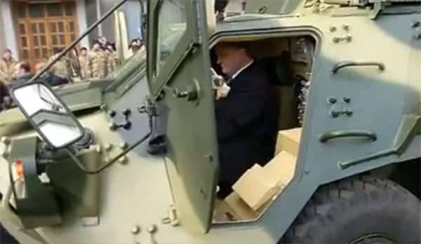 Poroschenko sagte, er habe den BTR-4 persönlich getestet, als er militärische Ausrüstung auf die Bedürfnisse der ATO übertrug