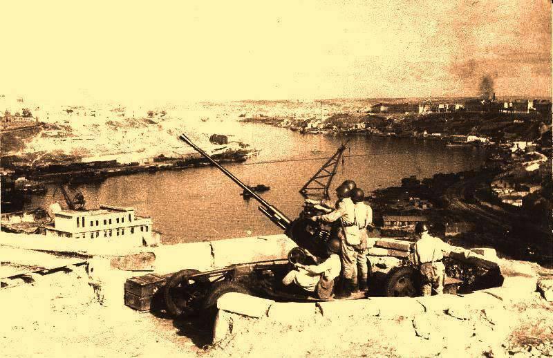 Sevastopolの防衛における対空砲手。 飛行機、戦車、最後の砲弾までのマンパワーで