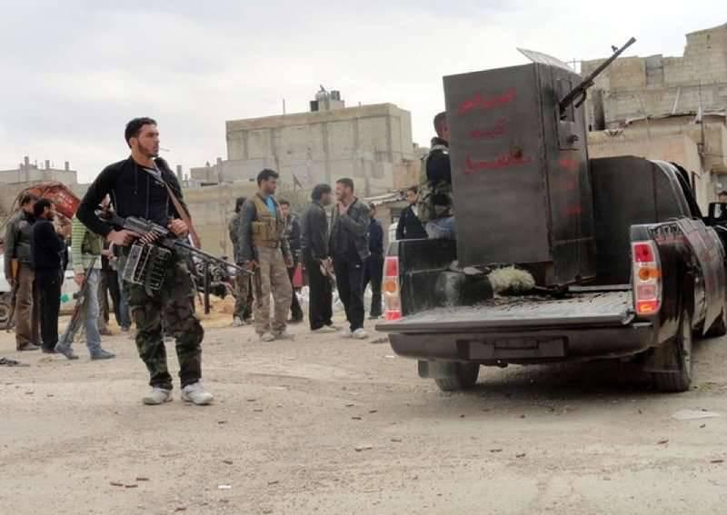 野党グループアーラーアッシュシャムの過激派はアレッポのシリアの都市への攻撃を開始
