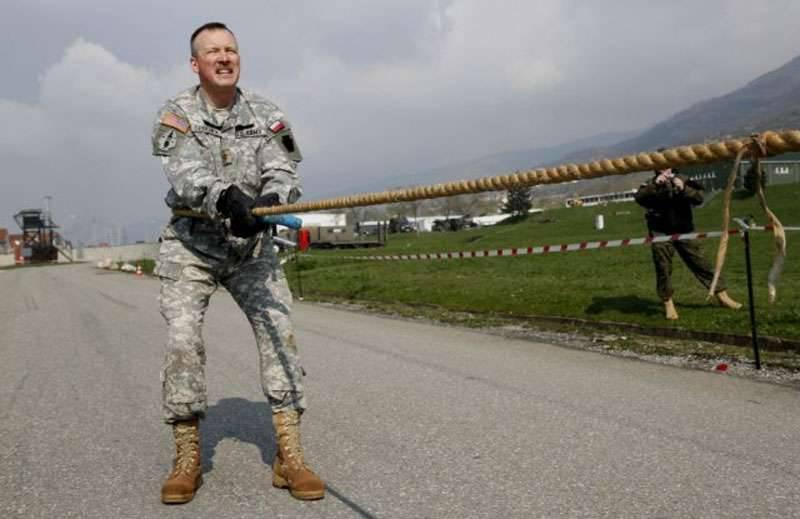 """北约科索沃军事基地的军事人员通过""""有趣的比赛""""庆祝南斯拉夫轰炸的下一周年。"""