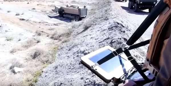 러시아 연방 국방부는 팔미라에있는 러시아 군대의 광산 행동 센터 전문가들의 작업 비디오를 출간한다.