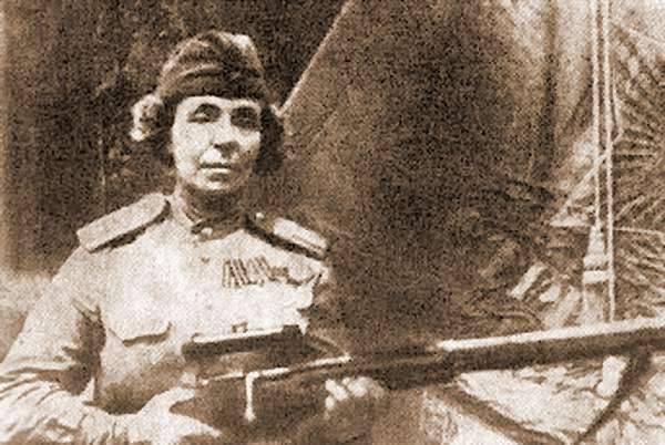 """Sniper Nina Petrova: """"Oma wird ein kompletter Gentleman sein, wenn er seinen Kopf zum Ende bringt ..."""""""