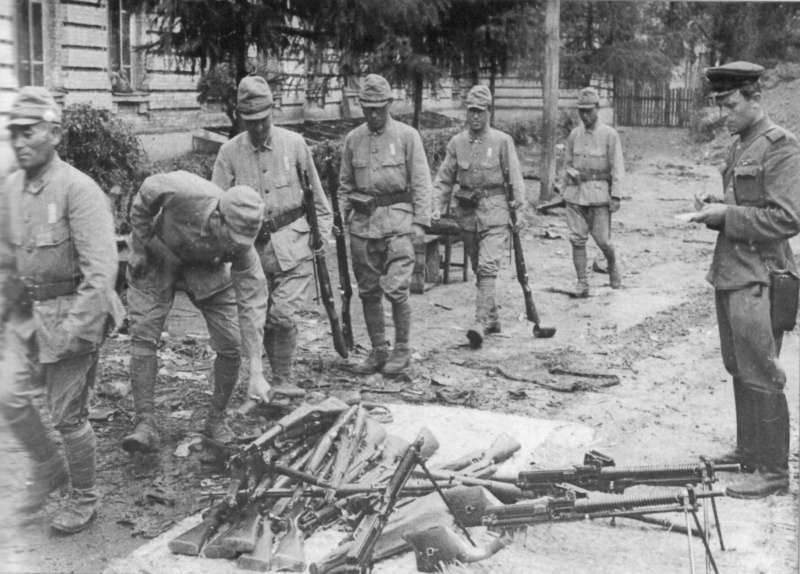 Sovyet askeri samuray kılıcını kırdı