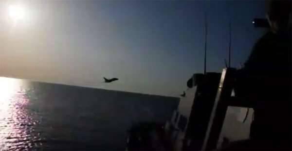 """Kerry disse que era possível abrir fogo contra o """"provocadoramente operacional"""" russo Su-24 do Donald Cook."""