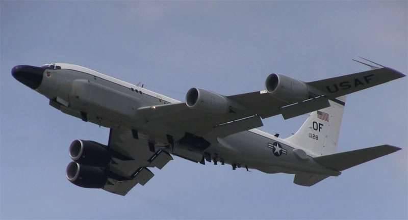 El caza Su-27 intercepta un avión de reconocimiento estadounidense sobre el Mar Báltico