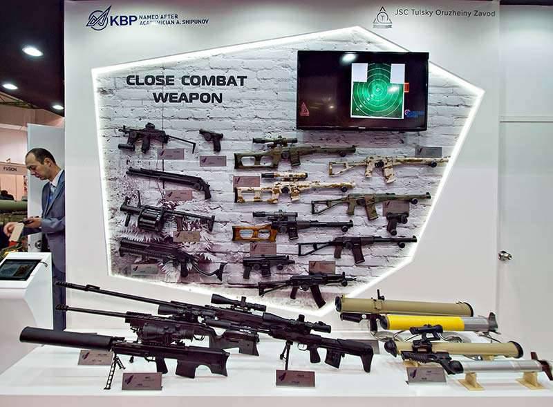 러시아 소총 및 수류탄 발사기에 관심이있는 말레이시아 보안 당국자