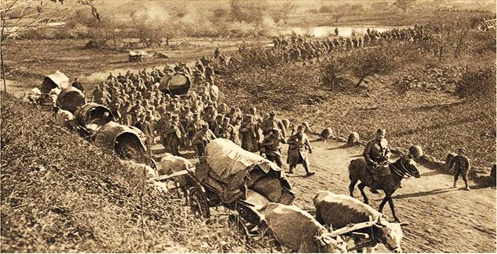 塞尔维亚士兵在与保加利亚人的战斗前,十月1915