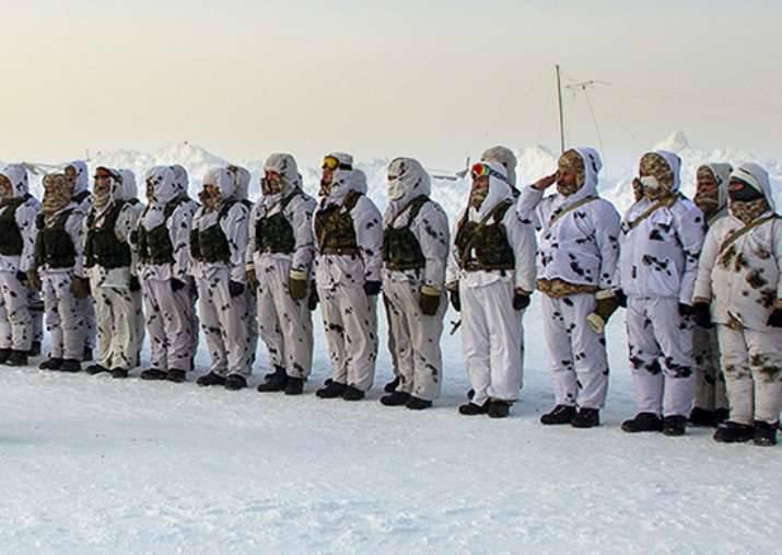 러시아 연방과 벨로루시 군인들은 표류하는 빙원에 착륙했다.