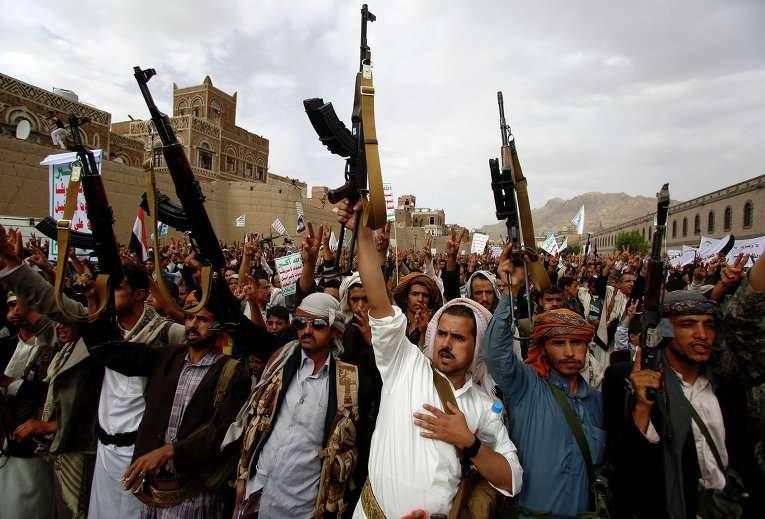 イエメンのアラブ連合はアルカイダの800テロリスト以上のものを破壊しました