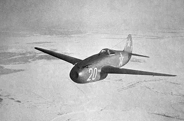 सोवियत जेट तकनीक के पायनियर: याक-एक्सएनयूएमएक्स लड़ाकू विमान बनाम मिग-एक्सएनयूएमएक्स
