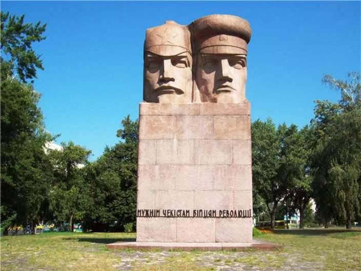 """Monumento ai Chekisti a Kiev non soccombette ai vandali di """"Azov"""" e """"Right Sector"""""""