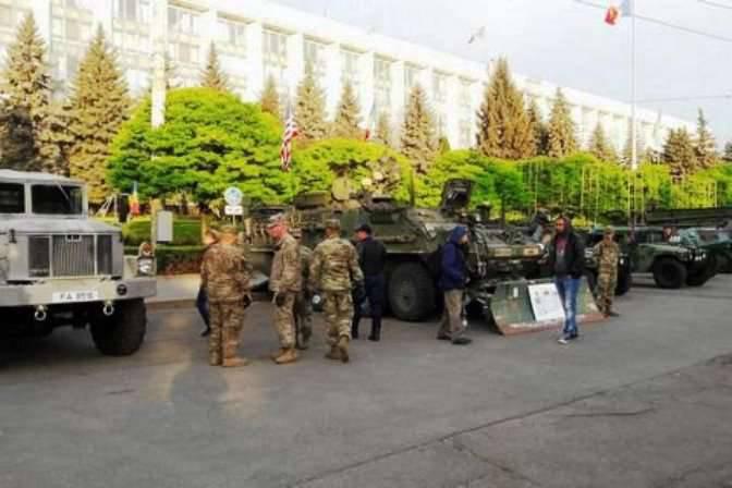US-amerikanische und moldauische Militärausrüstung im Zentrum von Chisinau