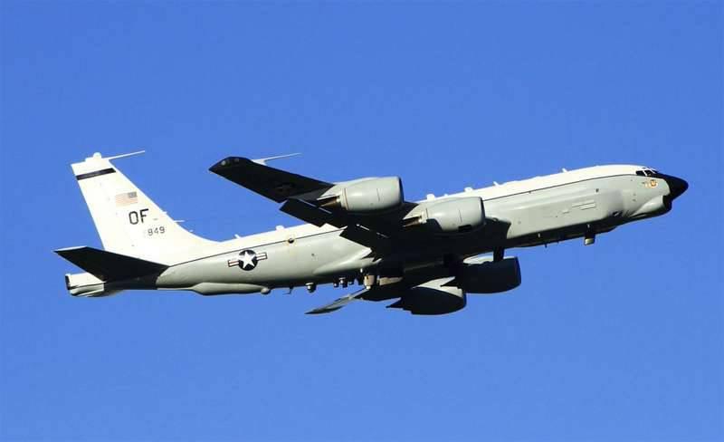 Los medios informaron sobre la intercepción del avión de combate ruso Su-27 del avión de reconocimiento estadounidense RC-135W