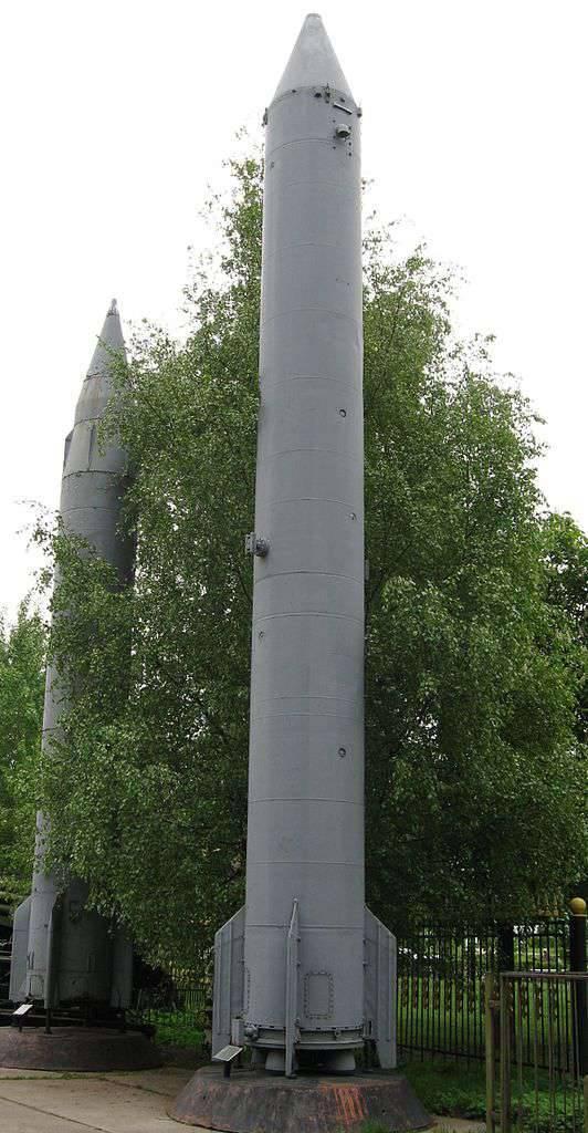 P-4 탄도 미사일이있는 D-21 로켓 단지