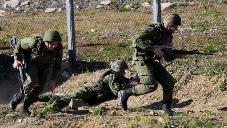 """ZVO'da paraşütçüler """"düşmanın"""" hava alanına el koydu"""