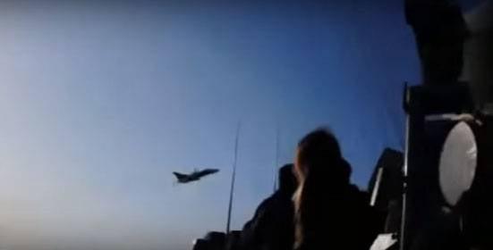 Vice-Secretário de Defesa dos EUA: o russo Su-24 pode colidir com uma gaivota durante um vôo sobre o destróier Donald Cook