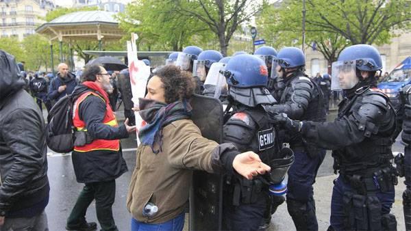 Guerras de protesto na França. A polícia foi em um assalto para levantar o bloqueio das refinarias