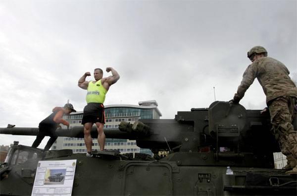 """In Daugavpils, Lettland, wurde eine Kolonne amerikanischer Militärausrüstung von einem Plakat """"Yankee go home!"""""""