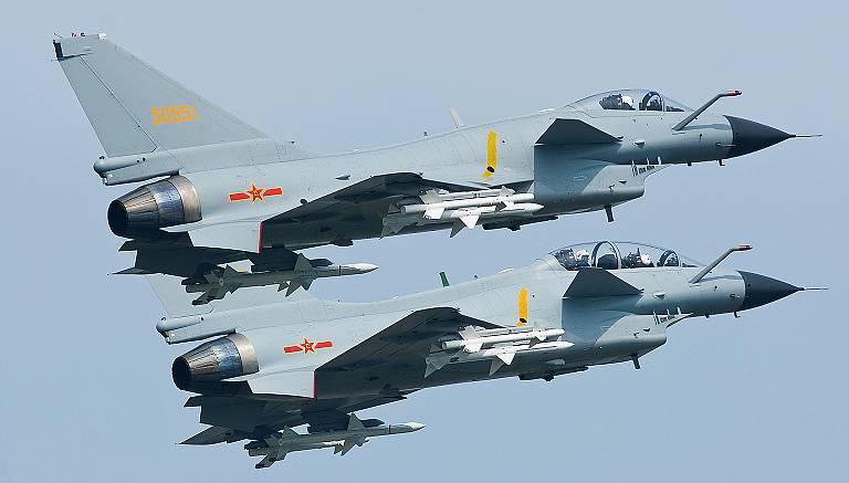 """O Pentágono considera a intercepção do americano RC-135 chinês J-10 """"perigosa"""""""