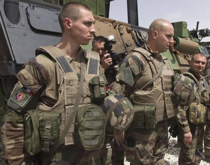 """Fransız savunma bakanı Paris'in askeri danışmanlarını kuzey Suriye'ye """"isyancı demokratik güçlere yardım etmek için"""" gönderdiğini söyledi"""