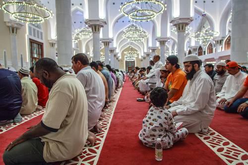 Figura 3. Muçulmanos em oração na mesquita