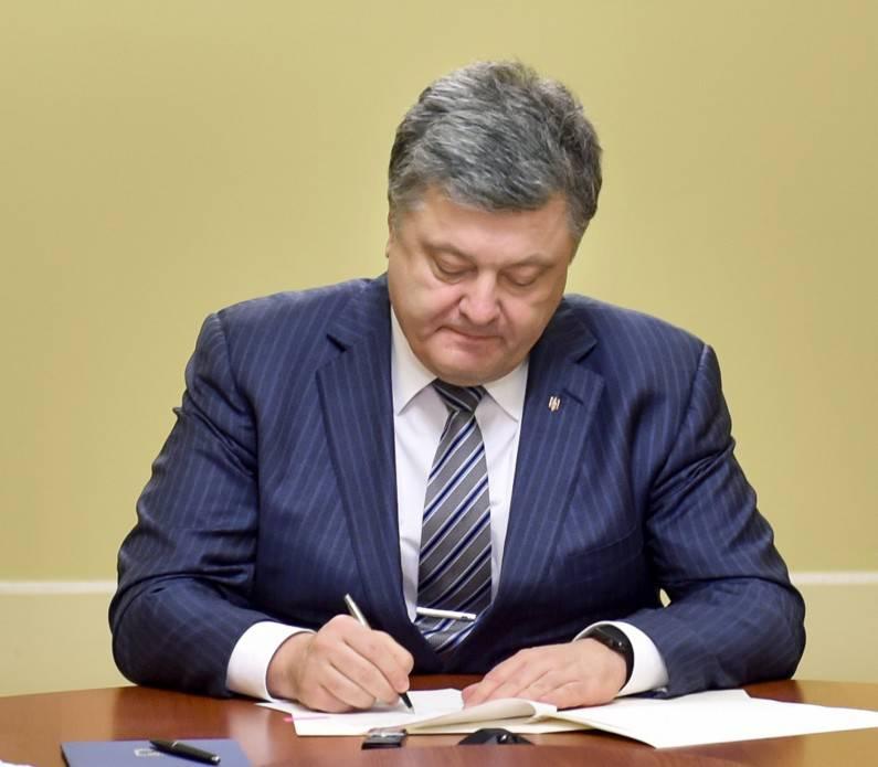 पोरोशेंको ने एक फरमान पर हस्ताक्षर किया, जिसमें विदेशी देशों के नागरिक और स्टेटलेस व्यक्तियों को यूक्रेनी सेना में अनुबंध के तहत सेवा देने की अनुमति थी