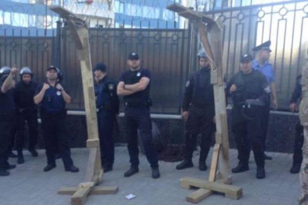 俄罗斯驻敖德萨领事馆投掷卵子。 在莫斯科,他们回答了同样的问题
