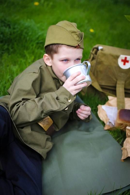 Finora, Ilyushka indossa un'uniforme fatta da sua madre