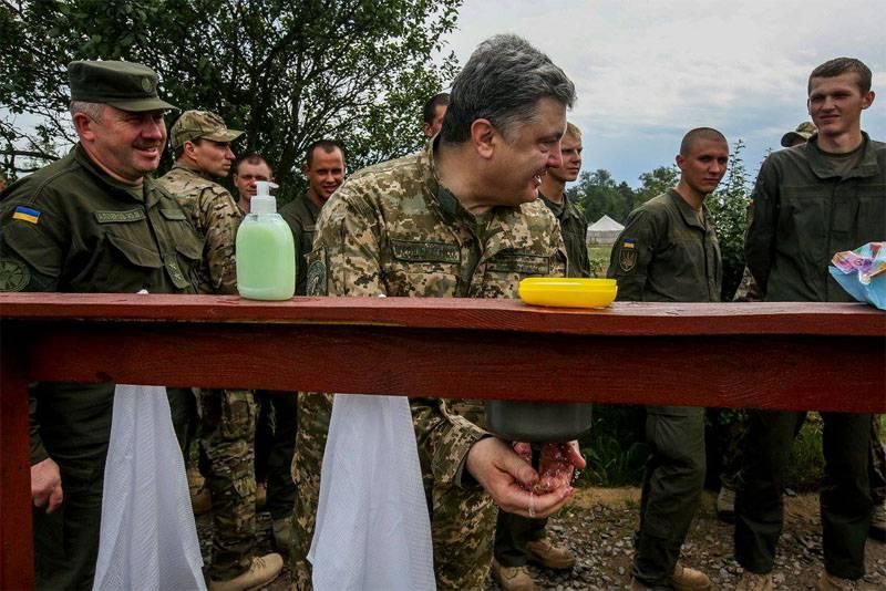 """Порошенко посетил тренировочный центр нацгвардии и заявил, что даст возможность военнослужащим """"пройти обкатку боем"""""""