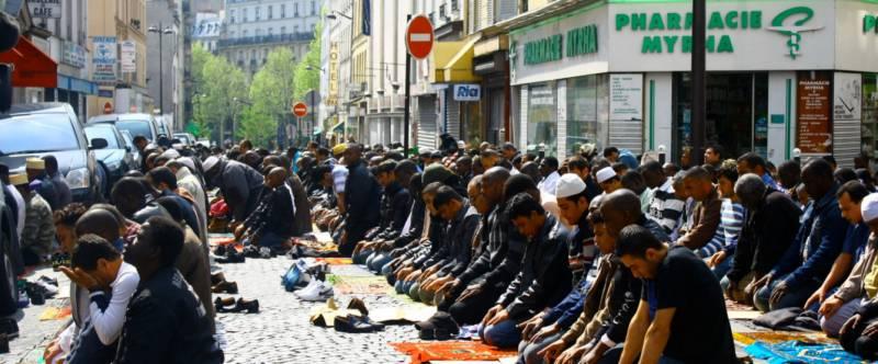 Figura 7. Oração dos muçulmanos no centro de uma cidade européia