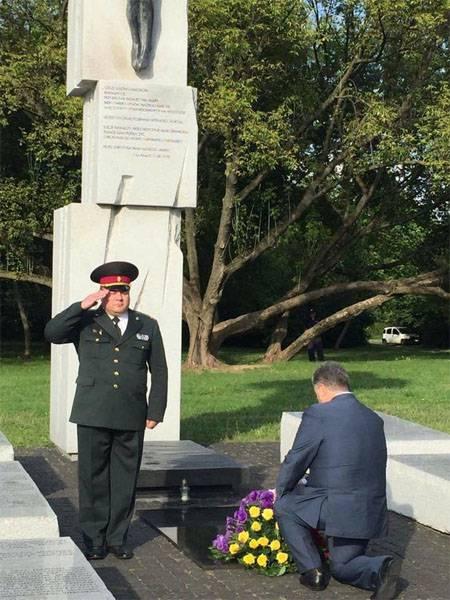 Восхваляющий Бандеру Пётр Порошенко встал на колени у польского мемориала жертвам резни на Волыни